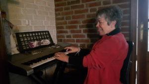 Foto: Joke speelt met haar piano