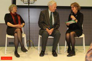 Foto: Charlotte, Jan Terlouw, en Helma zitten op witte stoelen